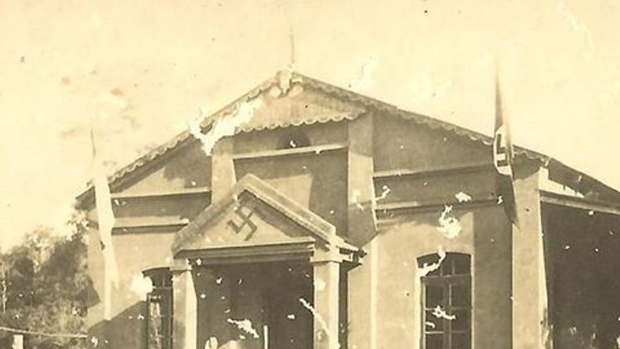 Escuela alemana con símbolos nazis en los años 30, en Cambyretá (Paraguay)