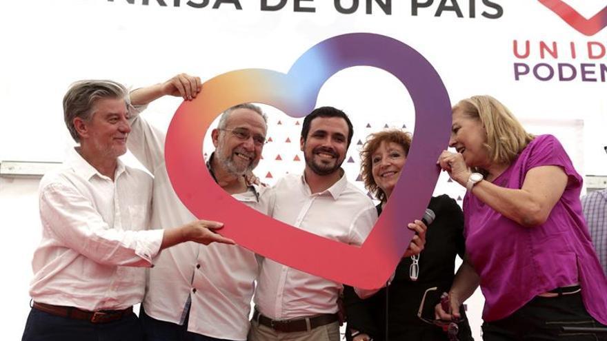 A la izquierda el alcalde de Zaragoza en un acto de campaña de Unidos Podemos.