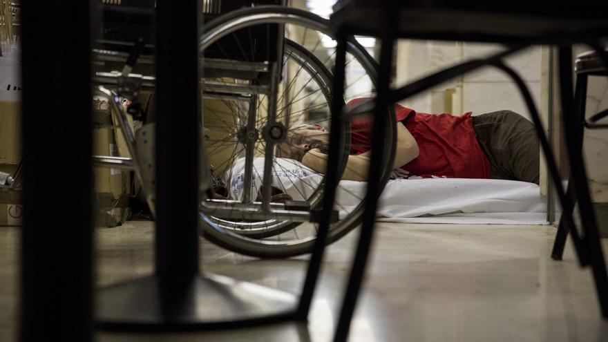 Un paciente de hepatitis C dormita durante el encierro en el hospital 12 de Octubre / J.Robles.