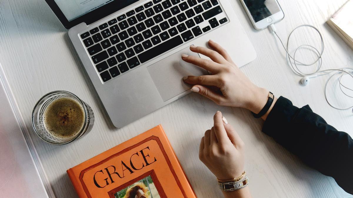 Una persona interactuando con un ordenador