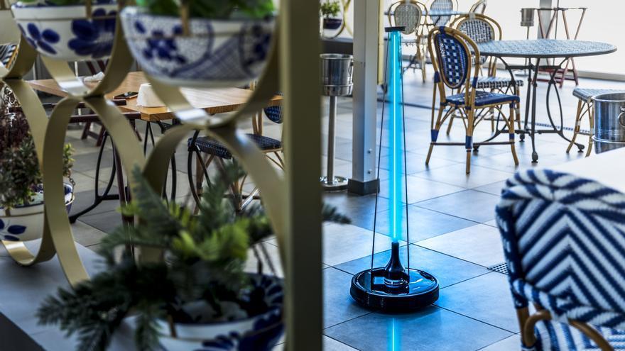El robot para desinfectar espacios en un restaurante.