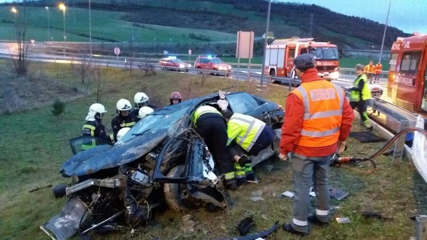 Herido grave un conductor de 23 años al salirse de la vía en Monreal