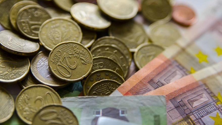 Archivo - Monedas y billetes