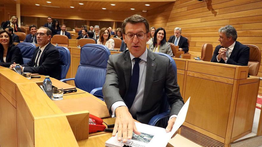 Feijóo, en su escaño en el inicio del debate de política general del Parlamento gallego