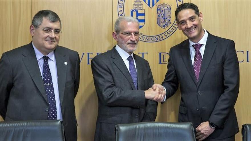 Esteban Morcillo saluda a Ricard Martínez, director de la Cátedra Microsoft sobre Privacidad y Transformación Digital