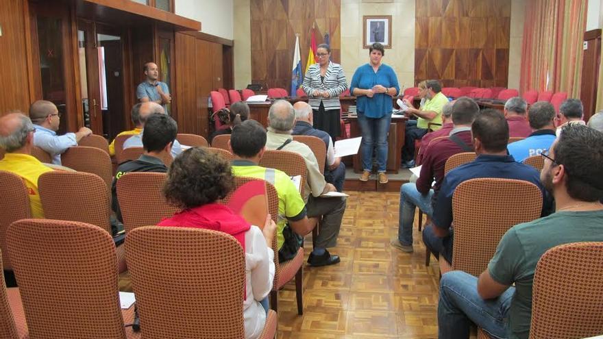 La reunión se ha celebrado en el salón de plenos del Cabildo.
