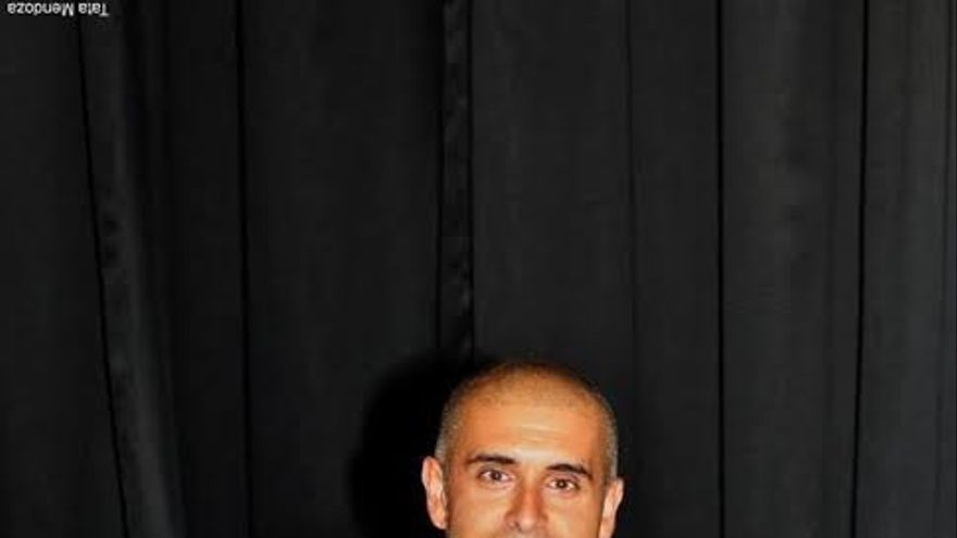 Rayko Lorenzo con un ejemplar de su obra.