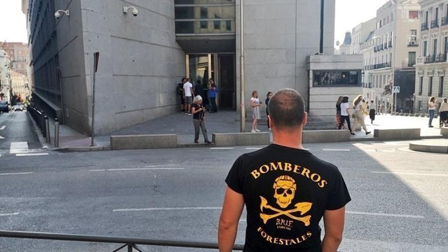 Bomberos protestan en el Congreso de los Diputados por la sanción a un compañero