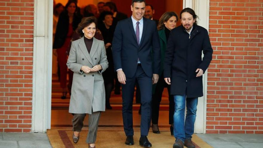 El primer ministro, Pedro Sánchez (C), camina junto a la vicepresidenta primera y ministra de Presidencia y Realciones con las Cortes, Carmen Calvo (i), y el vicepresidente de Derechos Sociales y Agenda 2030, Pablo Iglesias (d).