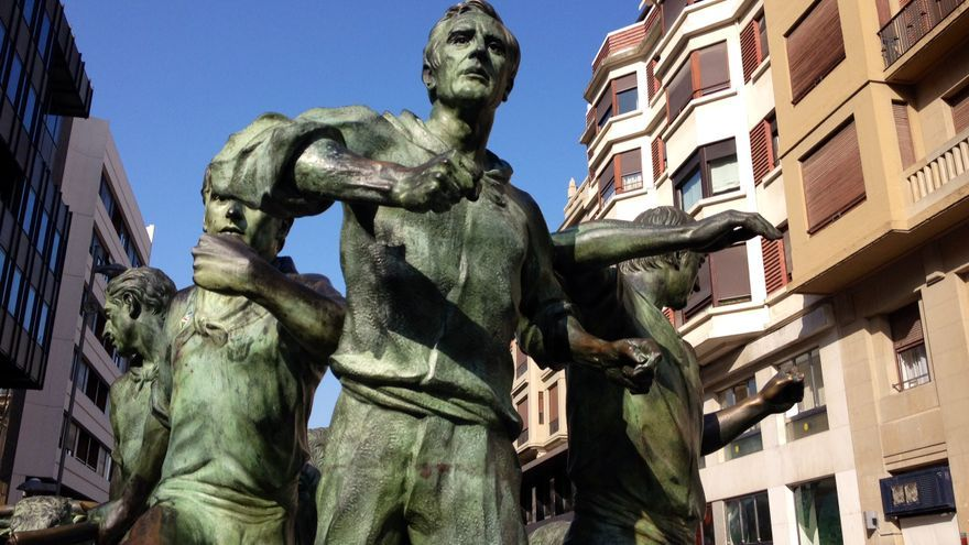 Un detalle del monumento al encierro.