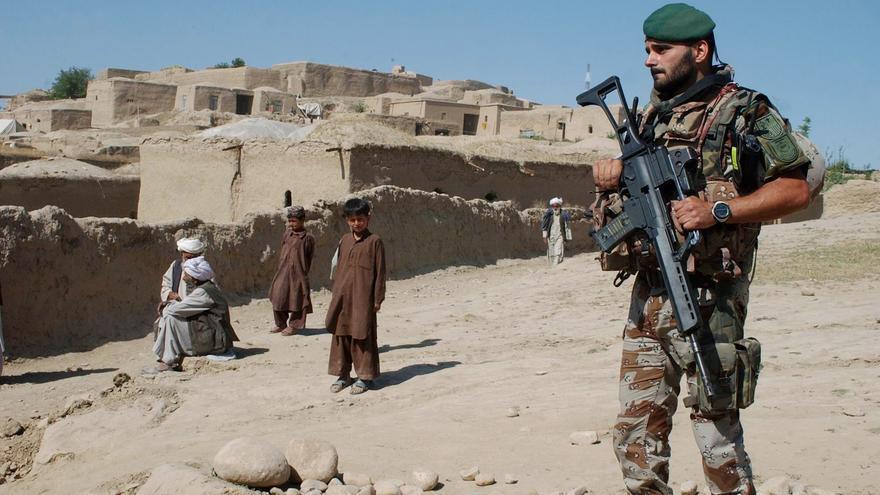 Un soldado español hace guardia durante una misión de patrulla rutinaria en la provincia de Badghis, al suroeste de Kabul.