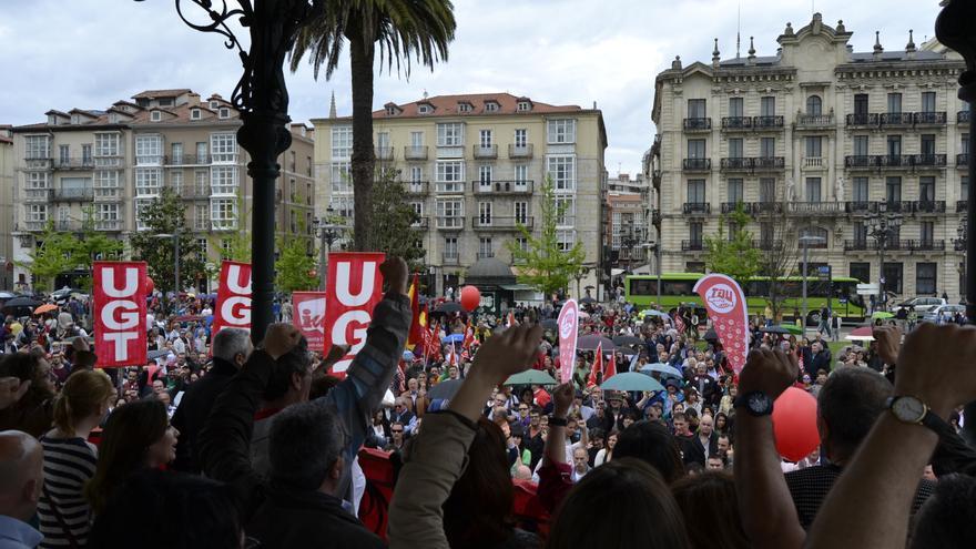Con el canto de La Internacional ha concluido la manifestación, que ha transitado entre la Plaza Numancia y los Jardines de Pereda.