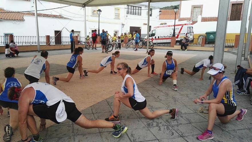 Varios miembros del Club Maratón Badajoz calientan para participar en una prueba deportiva.