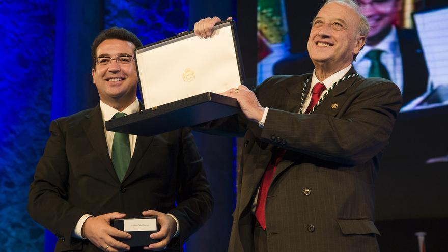 Tomás Calvo Buezas recogiendo la Medalla de Extremadura en septiembre de 2013