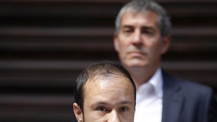 Daniele Alekai, del colectivo LGTBI, con el presidente Fernando Clavijo, este jueves