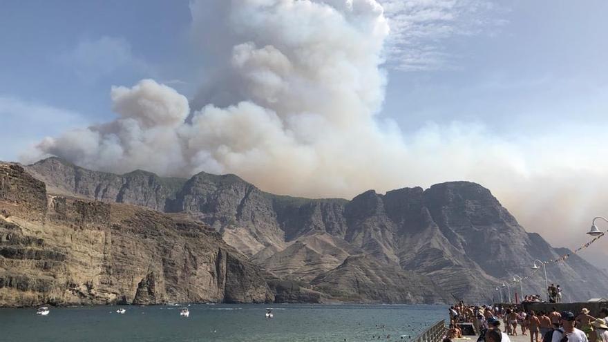 La enorme columna de humo del incendio en Gran Canaria, vista desde el muelle de Agaete