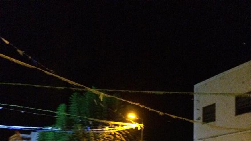 En la imagen, los 'Caballos Fufos', bailando en la noche de este domingo en Tazacorte. Foto: Carmen Acosta.
