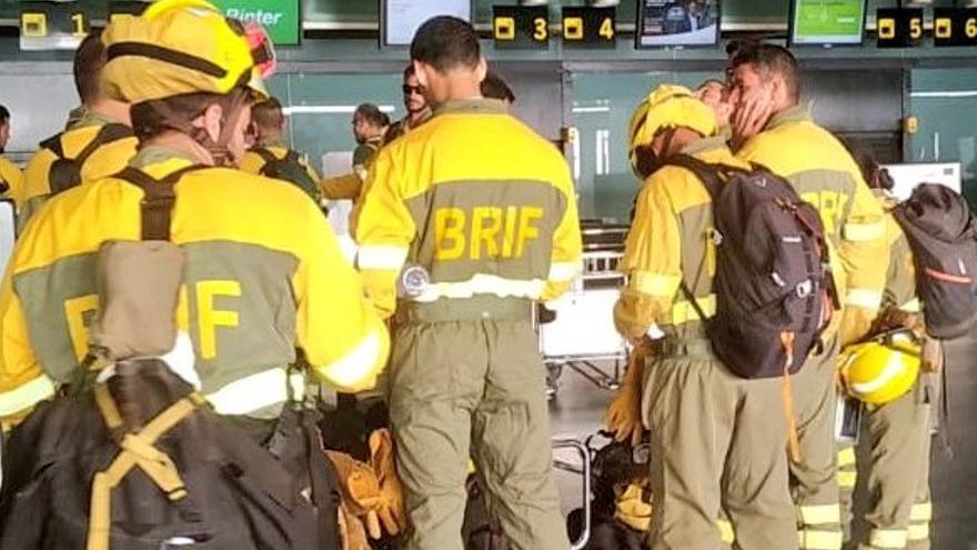 Los efectivos de la BRIF en el Aeropuerto de La Palma para embarcar en Binter con destino a Gran Canaria.
