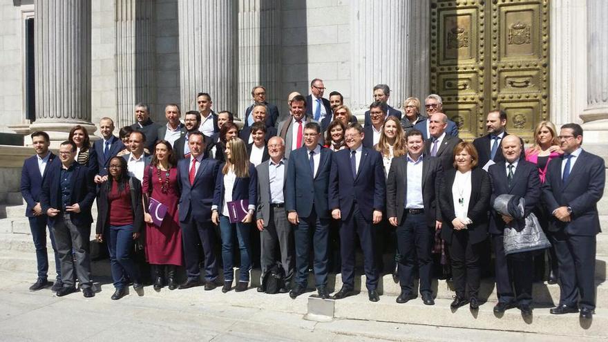 Los diputados valencianos junto al president de la Generalitat, Ximo Puig, y el presidente de las Corts, Enric Morera, a las puertas del Congreso