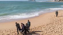 Hallan el decimotercer cadáver tras el naufragio en Cádiz de una patera en la que viajaban más de 40 personas