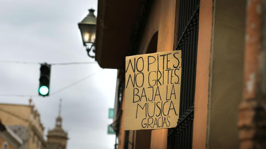 Uno de los carteles colgados en una de las viviendas afectadas