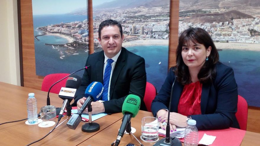 José Julián Mena, alcalde de Arona, junto a Raquel García, concejala de Hacienda