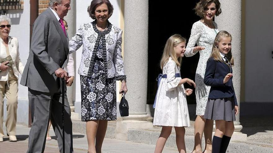 La Princesa Leonor toma la comunión acompañada de sus padres y abuelos