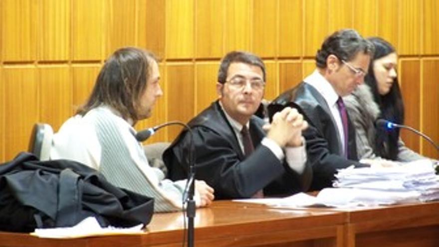 Los acusados, separados por sus abogados