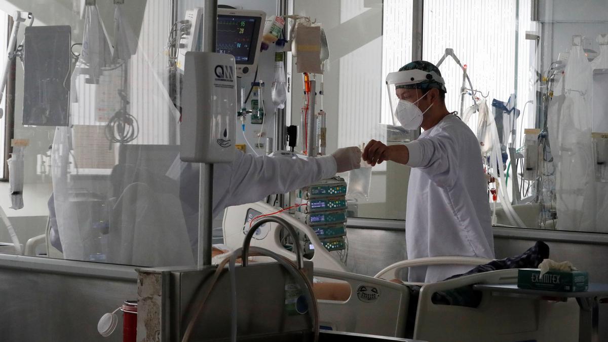 Empleados de la salud trabajan en una unidad de cuidados intensivos de COVID-19 en Bogotá.
