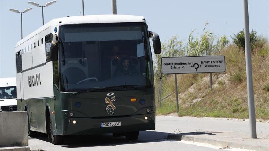 Junqueras, Romeva, Sànchez y Cuixart llegan a la cárcel catalana de Brians-2