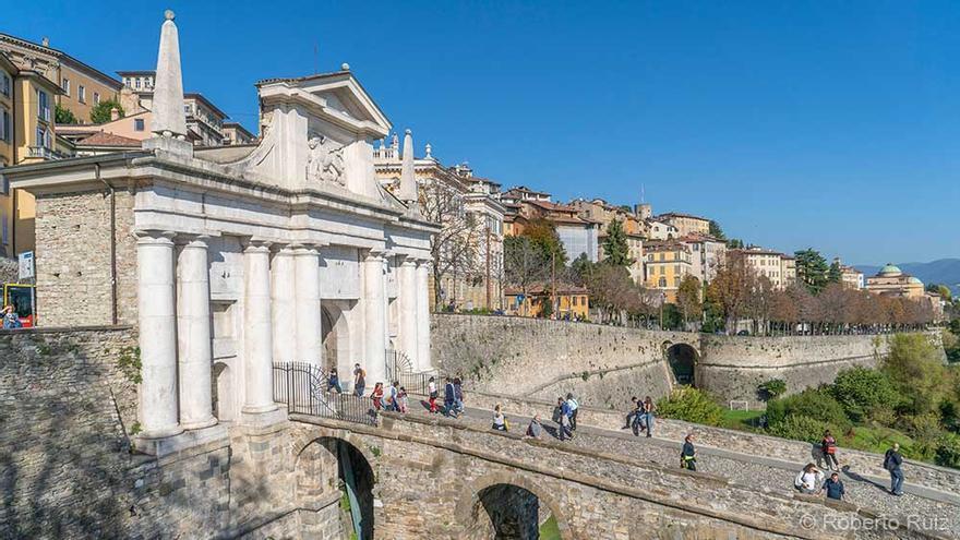 La puerta de San Giacomo que da acceso a la ciudad alta de Bérgamo. Italia.