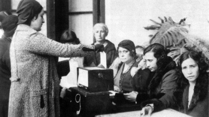 Mujer votando por primera vez en 1933.