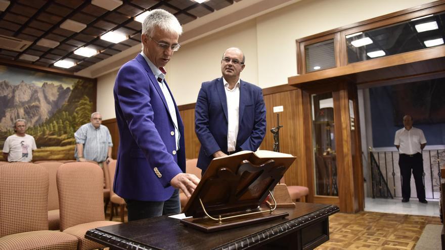 Luis Alberto Ortega, este lunes,  junto a Anselmo Pestana, en el acto de posesión de su acta como consejero del PSOE en el  Cabildo de La Palma.