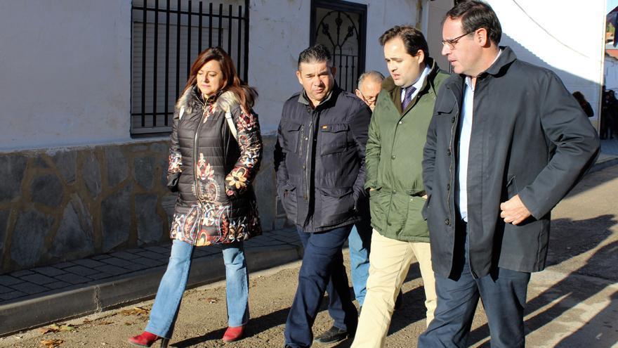 Francisco Núñez junto al alcalde, José María Sáiz (ambos en el centro del grupo) en Villar de Cañas (Cuenca)