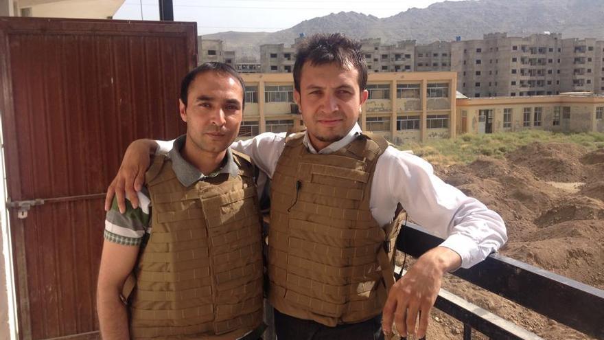 Arash Popal (derecha) con otro compañero en una de sus coberturas | Imagen cedida