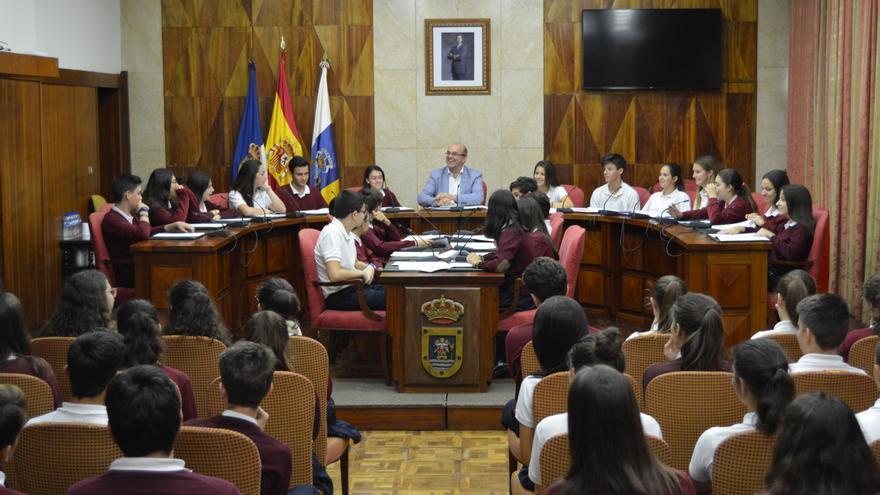 El presidente del Cabildo de La Palma, Anselmo Pestana, ha presidido este lunes un pleno extraordinario con el alumnado de tercero y cuarto de la ESO   del Colegio de Santo Domingo de Guzmán.