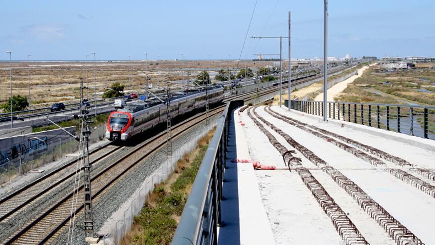 Unión de la vía tranviaria y la ferroviaria, en el nudo de La Ardila, en la salida de San Fernando en dirección Cádiz.