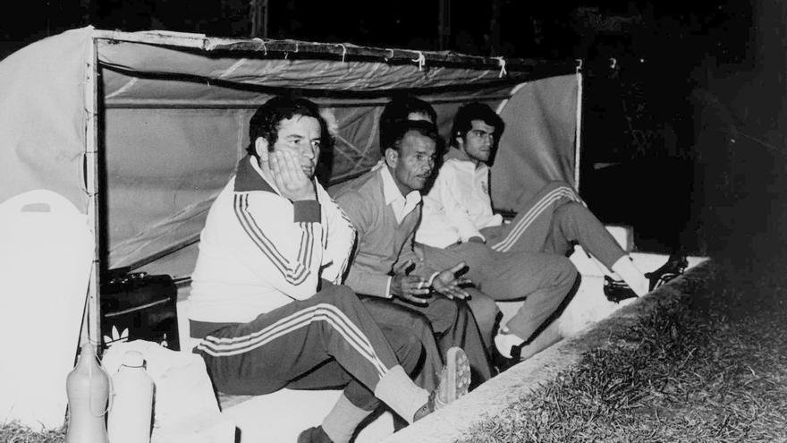 Onésimo Díaz, primero por la izquierda, junto a Olimpio Romero en el banquillo del Heliodoro