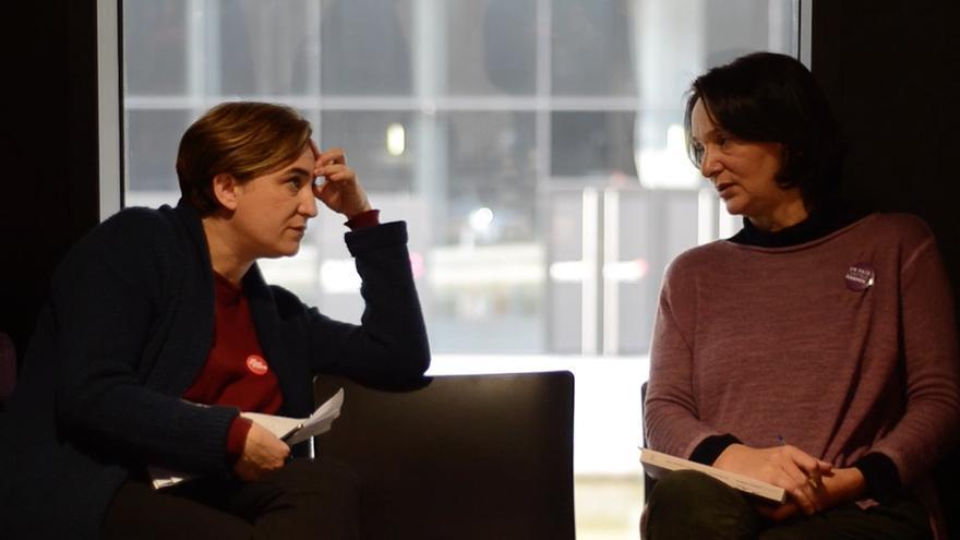 Ada Colau y Carolina Bescansa conversan en privado antes de salir al escenario en el acto de Madrid de este domingo 13 de diciembre / Foto extraida del vídeo realizado por eldiario.es