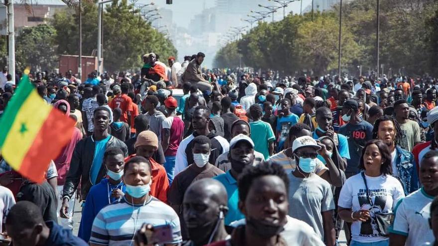 Manifestantes senegaleses durante las masivas protestas en Dakar