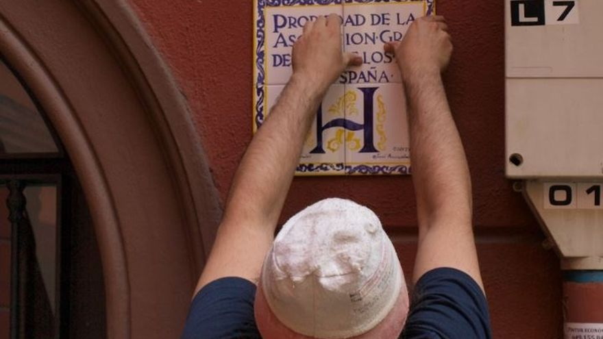 Ayuntamiento de Bilbao restaura las placas indicativas de los portales de las 'Casas Ferroviarias' del barrio de Zabala