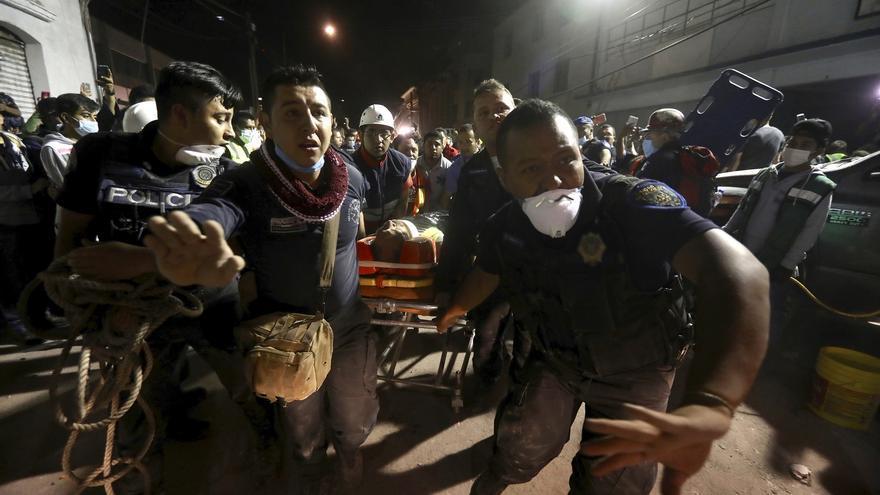 Una persona herida es trasladada tras ser rescatada de los escombros de un edificio derribado por el terremoto en el barrio de Colonia Del Valle, de Ciudad de México