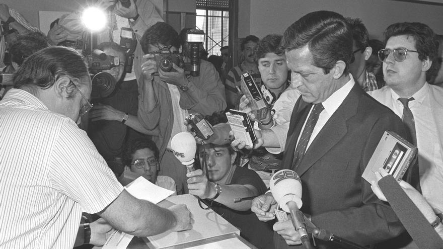 El líder del Centro Democrático y Social (CDS), Adolfo Suárez, votando en las elecciones generales de 1986