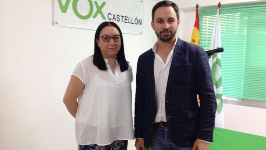 La diputada autonómica Llanos Massó acompañada por el líder de Vox, Santiago Abascal.