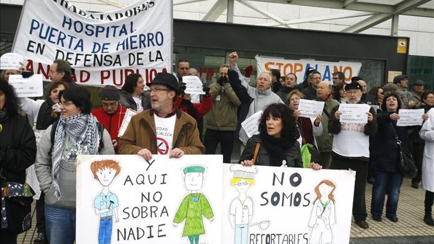 """Trabajadores y usuarios """"abrazan"""" el Puerta de Hierro contra los despidos"""