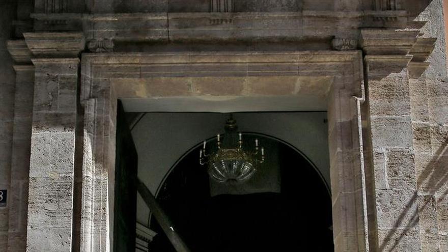Una mujer de 80 años herida al caerle la puerta de las Basílica de Valencia