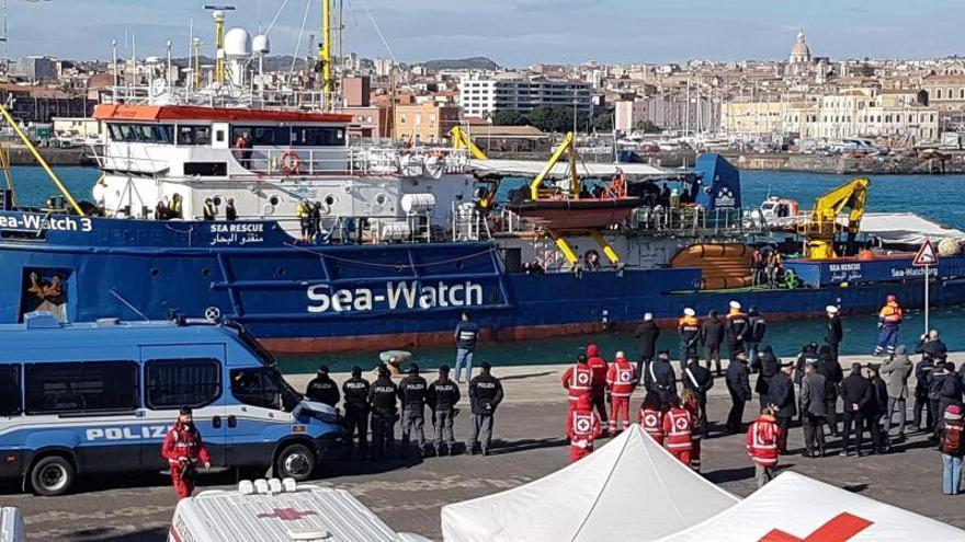 El barco Sea Watch 3, con los 47 migrantes rescatados en el Mediterráneo el pasado 19 de enero a bordo, llega este jueves al puerto de Catania, sur de Sicilia, Italia.