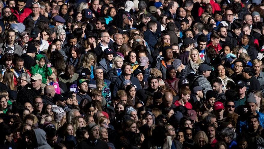 Michelle Obama y Bill Clinton abren el multitudinario mitin final en Filadelfia