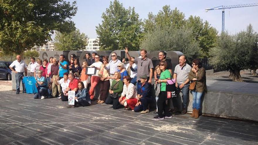 Grupo de personas a las puertas del SESCAM / Foto: Javier Robla