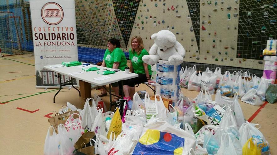 El Colectivo Solidario La Fondona durante un acto de recogida de alimentos.